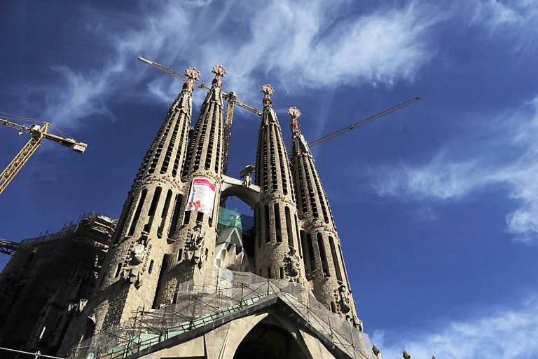 A fachada da Sagrada Familia, com guindaste de construção do lado esquerdo