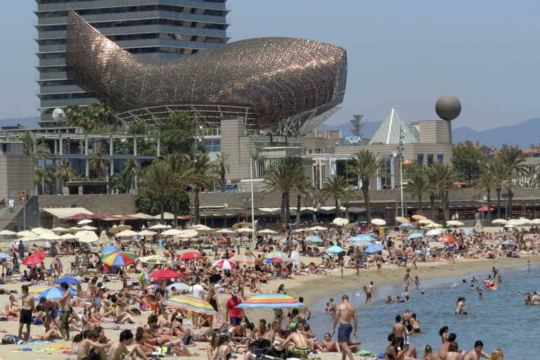 Vista da praia da Barceloneta, em Barcelona, lotada de banhistas