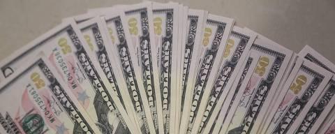 SAO PAULO, SP, 12.12.2014 - ECONOMIA - DOLAR - Imagem de notas da moeda norte-americana Dolar, para ilustração de matéria de economia. O dólar subiu e chegou a atingir R$ 2,66 nesta sexta-feira (12), renovando o maior patamar em quase 10 anos, devido a diversos fatores econômicos e até políticos, como apreensão dos investidores diante da queda dos preços do petróleo e o futuro do programa de intervenções do Banco Central no câmbio, de acordo com a agência Reuters. Por volta das 16h40, o dólar subia 0,42%, a R$ 2,6587 na venda, após avançar 1,34% na véspera e fechar no maior nível desde abril de 2005. (Foto: Thiago Ferreira / Brazil Photo Press). *** PARCEIRO FOLHAPRESS - FOTO COM CUSTO EXTRA E CRÉDITOS OBRIGATÓRIOS ***