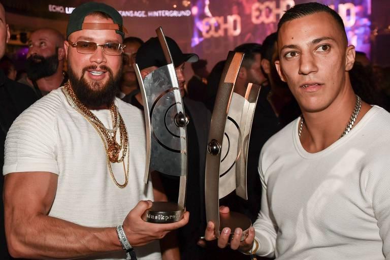 Os rappers Kollegah e Farid Bang, durante a premiação Echo, na qual venceram na categoria hip-hop