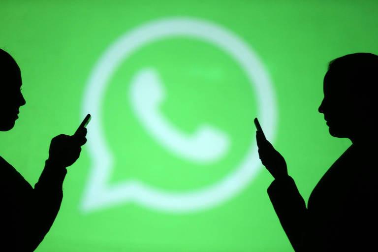 Pessoas manuseiam celular; ao fundo, logotipo do WhatsApp