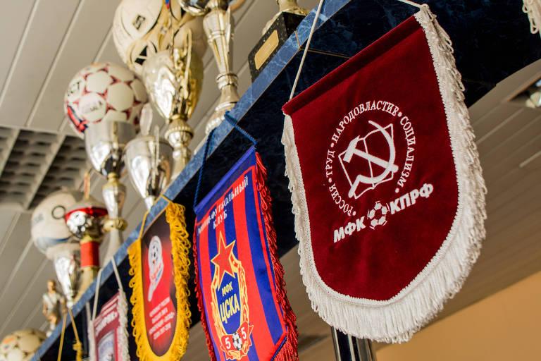 Flâmula do time russo de futsal que é mantido pelo Partido Comunista, cujo distintivo tem uma foice e um martelo