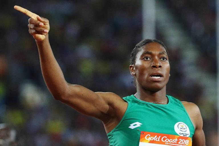 Corredora Caster Semenya ergue o braço em comemoração nos Jogos da Commonwealth