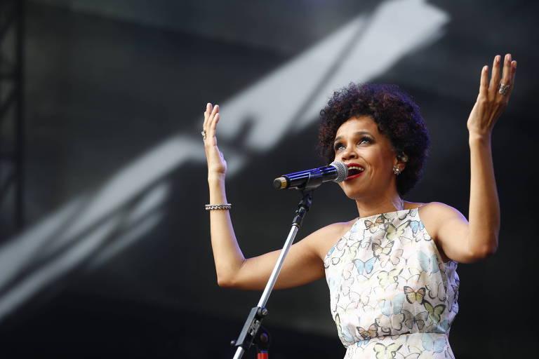 A cantora Teresa Cristina durante show