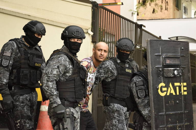 Policiais escoltam homem que fez uma mulher refém em loja do shopping Pátio Paulista, em São Paulo