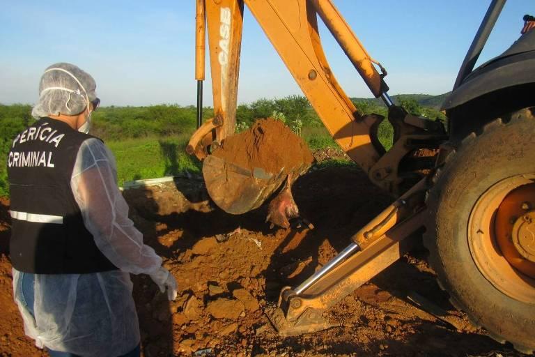 Peritos da Polícia Civil da Paraíba escavam área onde foram enterrados cães, segundo a Promotoria, mortos ilegalmente sem laudo veterinário em Igaracy (PB); secretário da Saúde foi exonerado após o episódio