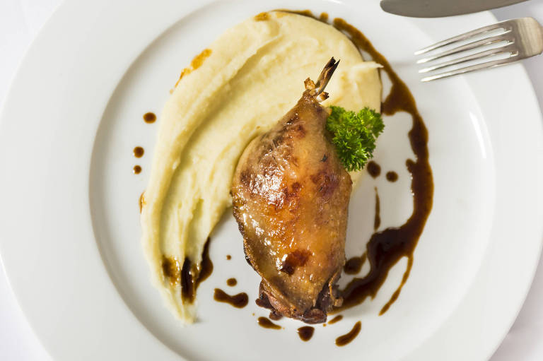 Confit de Coxa e sobrecoxa de Pato com acompanhada de purê de batata e baunilha é novidade no menu do Attimo