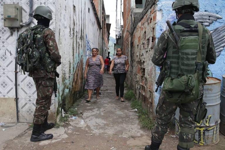 Tropas do Exército durante operação na Vila Aliança, zona oeste do Rio