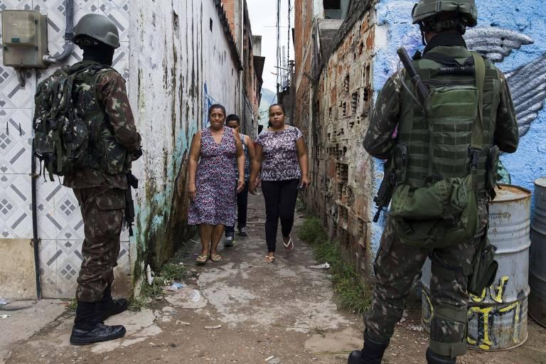 Soldados do Exército durante operação na Vila Aliança, zona oeste do Rio