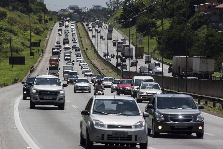 Tráfego intenso na rodovia Castelo Branco durante saída para feriado prolongado