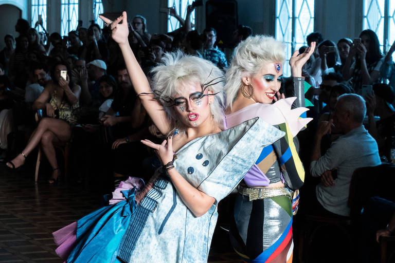 Modelos dançam e cantam Madonna em desfile da Amapô