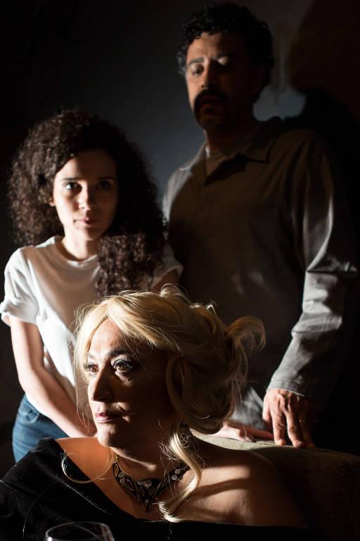 """Cácia Goulart (à frente), Beatrix Oliva e Zé Geraldo Jr. (ao fundo) em cena da peça """"Hilda"""""""