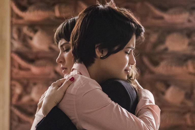 """Clara (Bianca Bin) e Adriana (Julia Dalavia), personagens de """"O Outro Lado do Paraíso"""" (Globo)"""