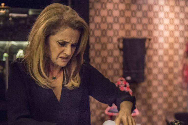 'O Outro Lado do Paraíso': Sophia (Marieta Severo) no banheiro, limpa a tesoura com álcool