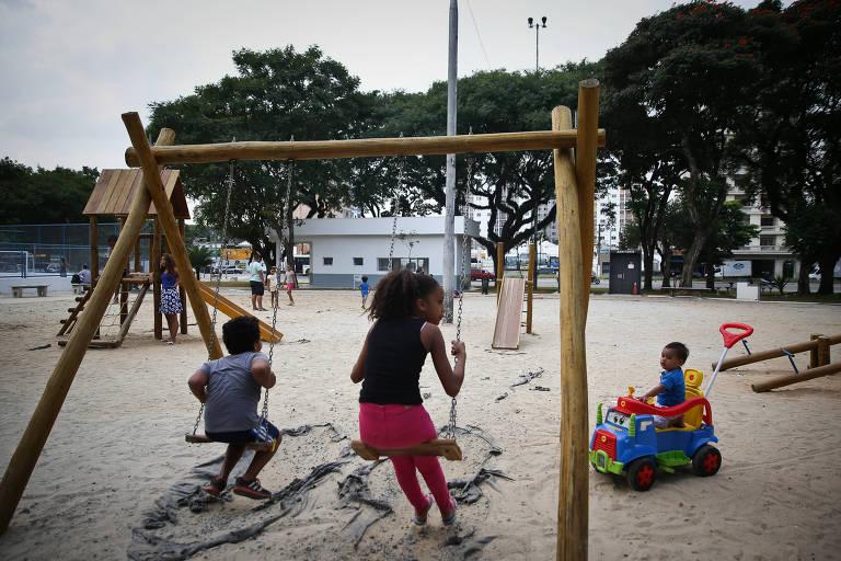 Crianças brincam em parquinho da praça Princesa Isabel, no centro de São Paulo, alvo de trabalho de revitalização