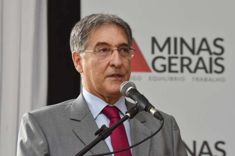 Fernando Pimentel (PT) falando ao microfone