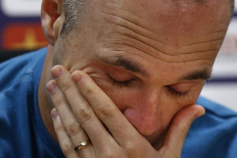 O meia espanhol Andrés Iniesta chora após anunciar sua saída do Barcelona, após 16 temporadas