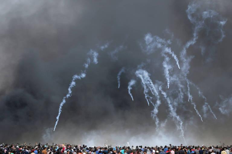 Bombas de gás lacrimogênio são lançadas pelas forças de Israel em manifestantes em Gaza