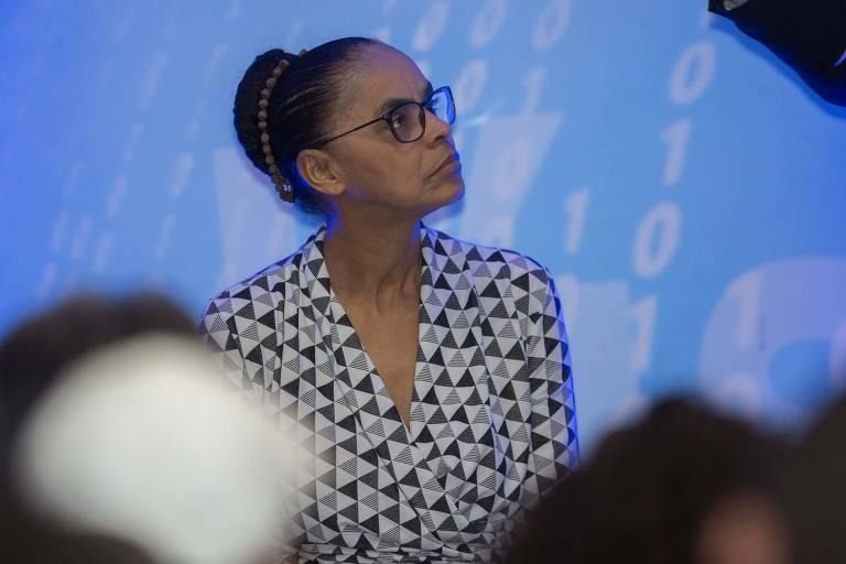 Marina Silva olha para o alto em evento da UGT, em São Paulo