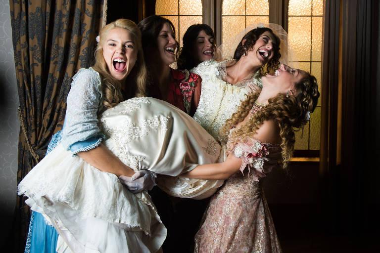As irmãs da família Benedito: Cecilia (Anaju Dorigon), Elisabeta (Nathalia Dill), Mariana (Chandelly Braz), Lídia (Bruna Griphao), Jane (Pamela Tomé)
