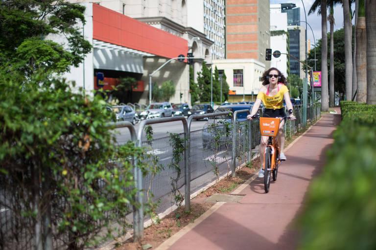 Ciclista passeia pela ciclovia da av. Faria Lima, na região de Pinheiros