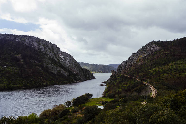 Rio Tejo na altura da aldeia Vila Velha de Ródão, em Portugal, próximo à fronteira com a Espanha; um manto de espuma branca cobriu as águas da região em janeiro
