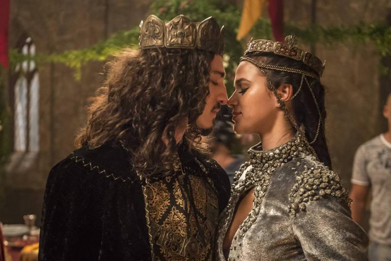 """Casameno de  Rodolfo (Johnny Massaro) e Catarina (Bruna Marquezine) em """"Deus Salve o Rei"""""""