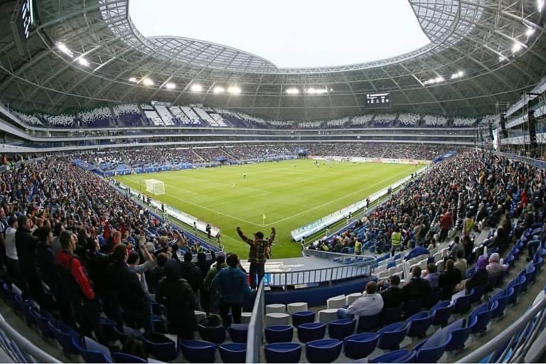 imagem mostra arquibancadas e o campo de jogo do estádio de Samara