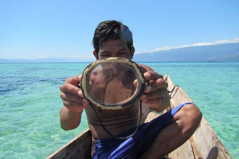 Na atividade, eles usam máscara de madeira, como a da imagem, ou óculos de proteção e cinto de peso, que evitam que o mergulhador suba à superfície
