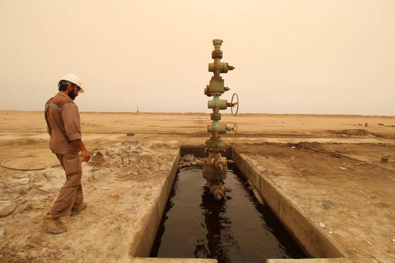 Trabalhador verifica poço de petróleo próximo à fronteira entre o Irã e o Iraque, em Basra