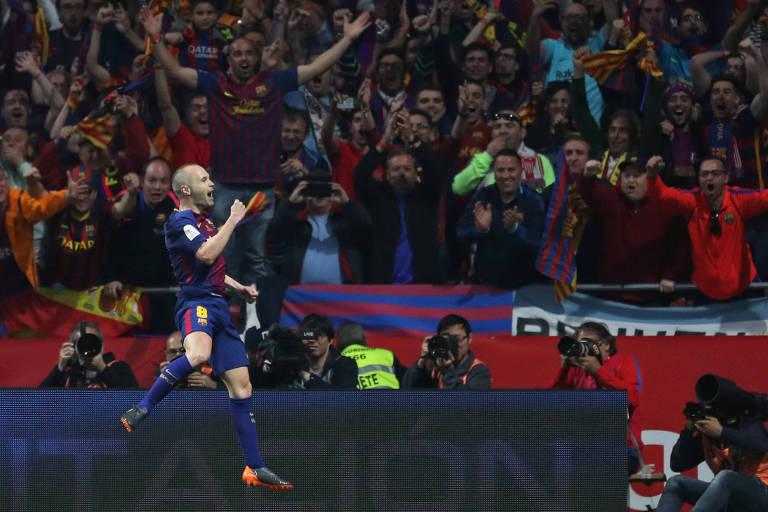 Messi celebra mais um espanhol e dedica título a Iniesta