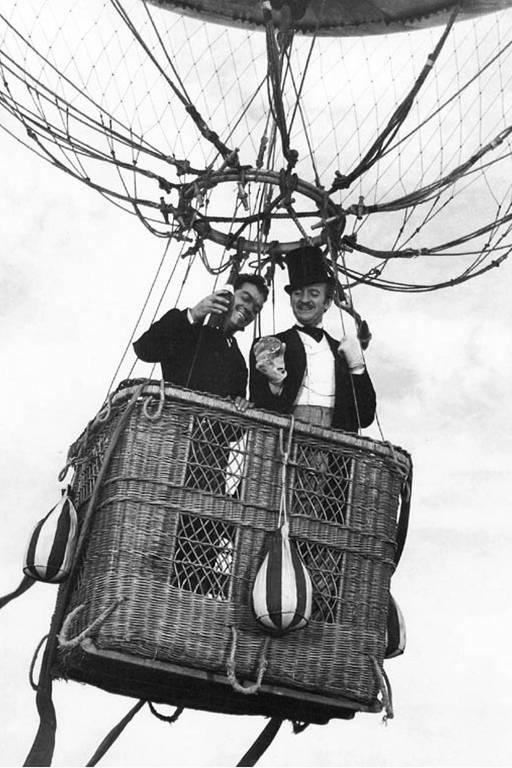 """Cantinflas e David Niven em cena do filme """"A Volta ao Mundo em 80 dias"""", baseado no romance de Júlio Verne"""