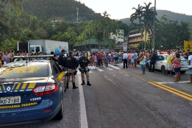 Corpos bloqueiam rodovia BR-101, em Angra dos Reis