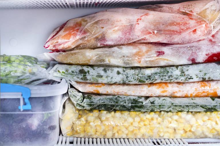 Legumes e frutas congeladas em frizer