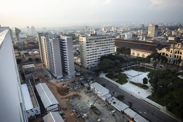 Terreno do Complexo Júlio Prestes, no centro de SP, com edifícios em construção; local reunirá moradias populares, comércio, mercado e escola de música