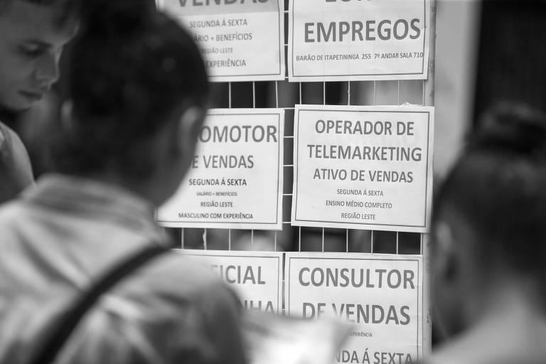 Anúncio de vagas de emprego em rua do centro paulistano