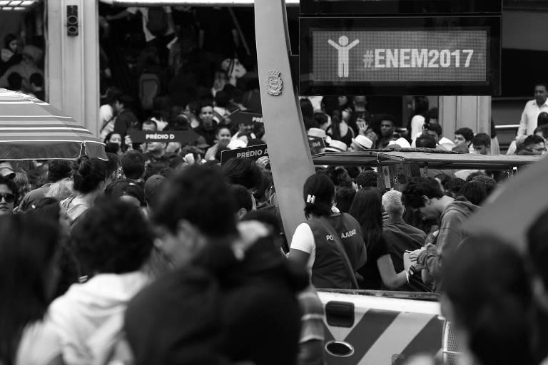 Movimentação de estudantes em universidade na zona oeste de São Paulo, em novembro de 2017, em dia de prova do Enem