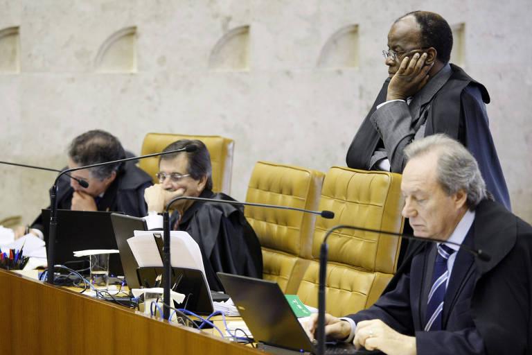 O ex-ministro do STF Joaquim Barbosa em pé durante sessão na corte, ao lado de Marco Aurelio, Cesar Peluzo e Ricardo Lewandowski