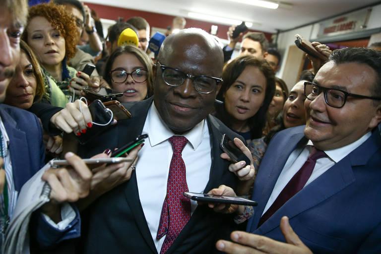 Joaquim Barbosa fala com a imprensa após reunião com políticos do PSB, ao qual se filiou