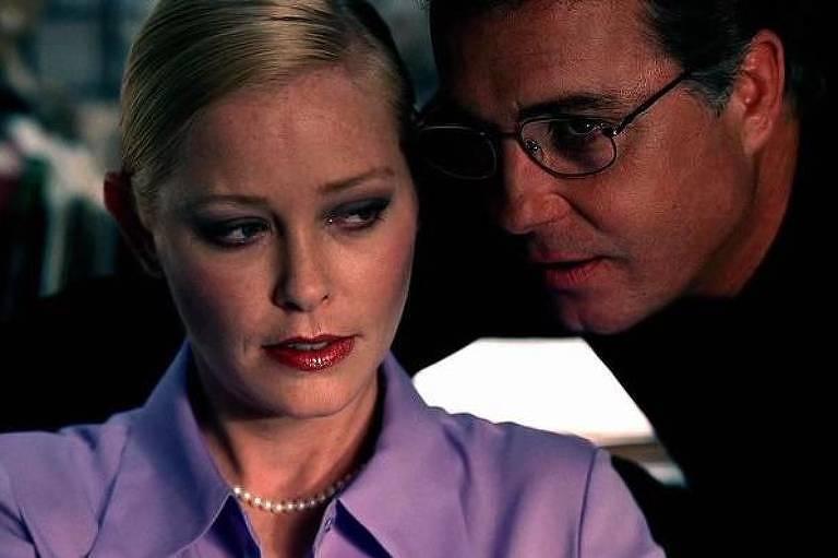 A atriz Pamela Gidley em cena de 'CSI: Investigação Criminal' (2000)