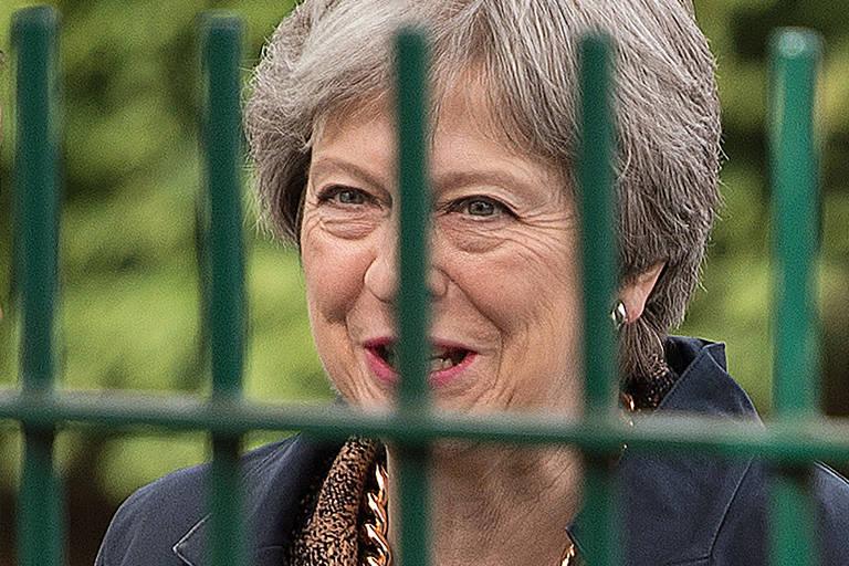 A primeira-ministra britânica Theresa May visita escola em Sale, perto de Manchester
