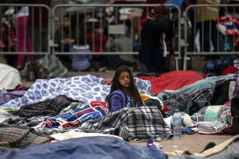 Migrantes da América Central que vieram em caravana até a fronteira do México com os EUA dormem no chão em Tijuana