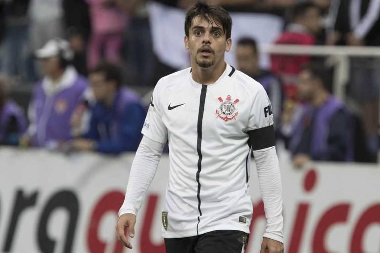 Fagner sentiu lesão e desfalca Corinthians