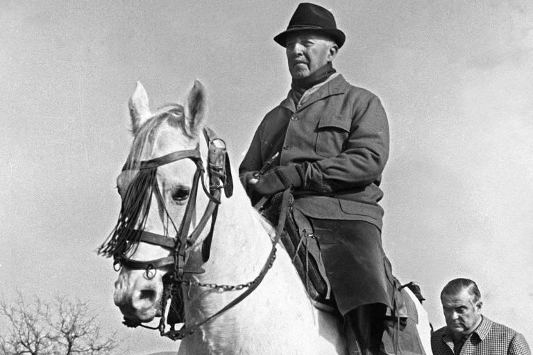 General Francisco Franco anda a cavalo em foto de 1965