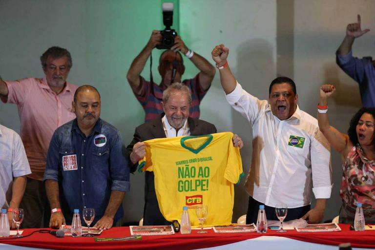 Em 2016, ex-presidente Lula participa de evento ao lado do presidente da CUT, Vagner Freitas (à esq.)