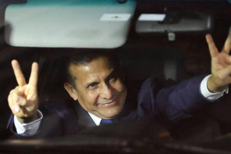 O ex-presidente do Peru Ollanta Humala faz sinal de vitória ao deixar a prisão preventiva