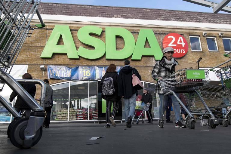 Consumidores em unidade da Asda em Londres; cadeia de supermercados, a terceira do Reino Unido, se uniu à segunda, a Sainsbury's