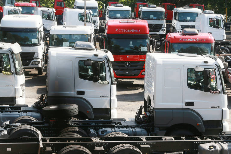 Caminhões em pátio em SP