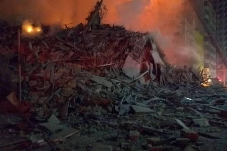 Parte de prédio desaba durante incêndio no largo do Paissandu