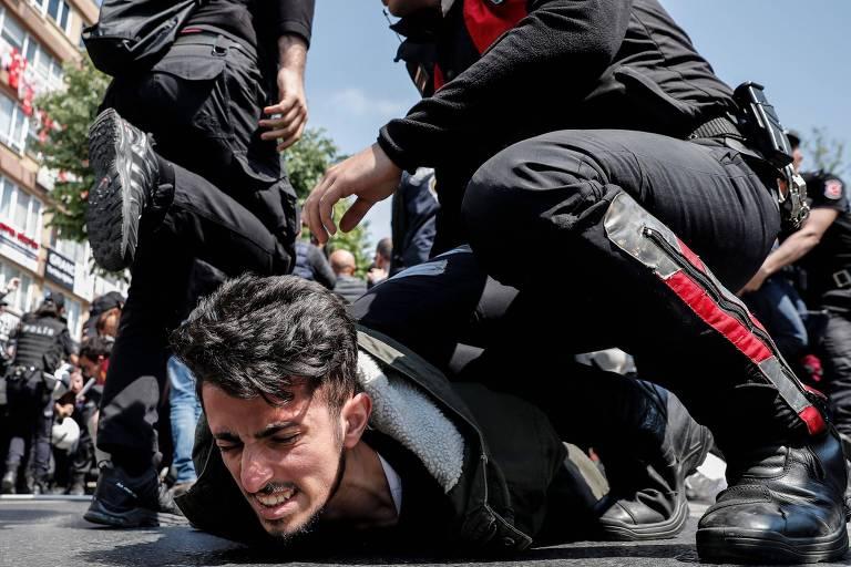 Manifestante é preso por participar de ato no 1º de Maio em Istambul, na Turquia, onde os protestos foram proibidos
